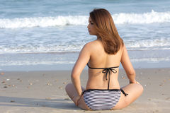 Сексуальная женщина на пляже стоковое изображение