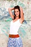 Сексуальная женщина около стены надписи на стенах Стоковое Фото