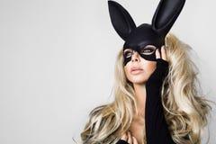 Сексуальная женщина при большие груди нося черный зайчика пасхи маски стоя на белой предпосылке стоковое изображение rf