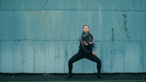 Сексуальная женщина, рубашка и гетры с красивыми современными составом и танцами волос против сини покрасили кирпичную стену сток-видео