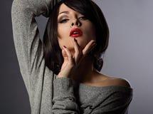 Сексуальная женщина состава с короткой прической с закрытыми глазами, re bob стоковые изображения rf