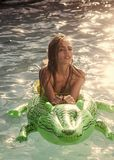 сексуальная женщина Способ и красотка Кожа и девушка крокодила моды в воде стоковая фотография