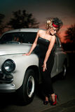 Сексуальная женщина стоя близкий автомобиль в ретро типе Стоковые Фотографии RF