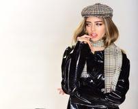 Сексуальная женщина с стильными длинными волосами в кожаном пальто сексуальная женщина в пальто, шляпе и шарфе на белой предпосыл Стоковые Фото