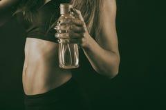 Сексуальная женщина фитнеса на черной предпосылке стоковое фото