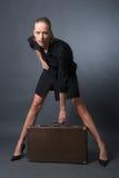 сексуальная женщина чемодана стоковая фотография