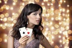 Сексуальная красивейшая маленькая девочка в казино стоковые фотографии rf