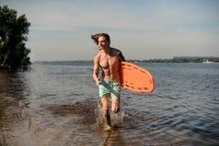 Сексуальная личная охрана пляжа бежать вдоль речного берега с жизнью-savi Стоковые Фото