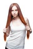 Сексуальная молодая вскользь женщина на белизне Стоковые Фото