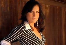 Сексуальная молодая женщина в сарае Стоковое фото RF