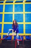 Сексуальная молодая женщина представляя в городе рядом с стеной Стоковые Фото