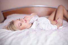 Сексуальная молодая белокурая женщина кладя в кровать Стоковая Фотография