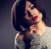 Сексуальная самоуверенная женщина состава эмоции с короткой прической bob, красным l Стоковое Фото