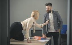 Сексуальная секретарша flirting с боссом в рабочем месте сексуальные домогательства и концепция злоупотреблением офиса стоковое фото rf