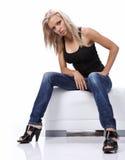 сексуальная сидя женщина софы Стоковое Фото