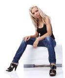 сексуальная сидя женщина софы Стоковое Изображение