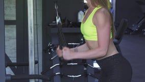 Сексуальная спортсменка при совершенное тело делая веревочку вытягивает вниз тренировку стоковое фото