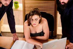 Сексуальное влечение Простимулируйте сексуальное желание Boobs сексуальной девушки большие работая в главным образом мужском рабо стоковое фото rf