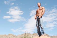 сексуальное голубых джинсов мыжское модельное стоковые изображения