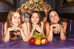 Сексуальные девушки в комнате для остатков в сауне Стоковое Изображение