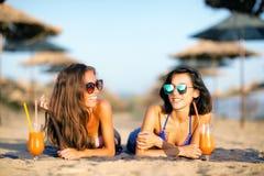 Сексуальные девушки имея потеху на пляже Стоковые Изображения RF