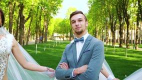 Сексуальные женщины в невесте ввели обмундирования в моду танцуют вокруг человека стоя все еще в парке акции видеоматериалы