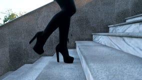 Сексуальные ноги с высокими черными пятками взбираются лестницы города Бизнес-леди идя на boulvard самостоятельно Привлекательная акции видеоматериалы