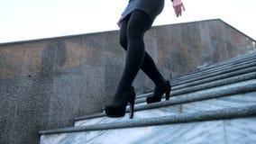 Сексуальные ноги с высокими черными пятками идут вниз с лестниц камня города Бизнес-леди идя на boulvard самостоятельно привлекат акции видеоматериалы