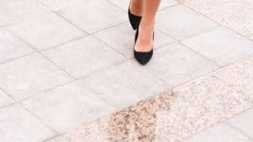 Сексуальные ноги чернят высокие пятки идя в улицу города городскую видеоматериал