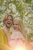 Сексуальные пары Пары в влюбленности в blossoming цветке, весне Стоковые Фото