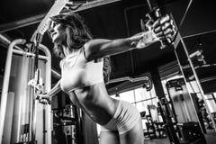 Сексуальный атлетический комод тренировки маленькой девочки в спортзале Стоковое фото RF