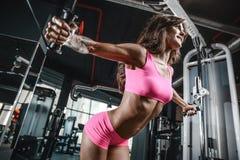 Сексуальный атлетический комод тренировки маленькой девочки в спортзале Стоковые Изображения RF