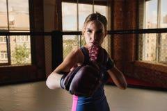 Сексуальный женский бокс в спортзале Стоковая Фотография