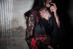 Сексуальный красивый вампир голодный и находя для крови в получившейся отказ концепции моды дома, фестиваля хеллоуина, ужаса и кр стоковые фотографии rf