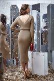 Сексуальный милый Д-р носки женщины волос брюнет фотомодели бежевый длинный Стоковые Фотографии RF