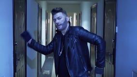 Сексуальный мужчина со стильной стрижкой и поддельная борода в танцах jaket в узком коридоре акции видеоматериалы
