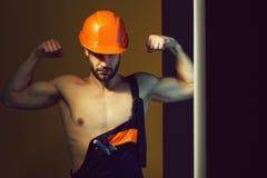 Сексуальный мышечный построитель человека стоковые фотографии rf