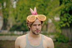 Сексуальный мышечный человек в стеклах и розовых ушах стоковые фото