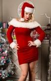 Сексуальный представлять девушки рождества белокурая женщина одетая как Санта перед камерой Стоковые Изображения RF