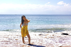 Сексуальная азиатская девушка на экзотическом пляже стоковое изображение rf