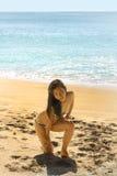 Сексуальная азиатская девушка на экзотическом пляже стоковое изображение