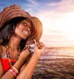 Сексуальная африканская женщина на пляже Стоковое Изображение RF