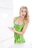 Сексуальная баварская женщина делает рекламу Стоковые Фотографии RF