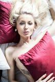Сексуальная белокурая женщина в кровати Стоковая Фотография