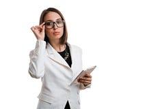 Сексуальная бизнес-леди с стеклами с таблеткой на белой предпосылке Стоковые Изображения