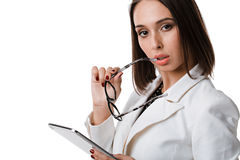 Сексуальная бизнес-леди с стеклами с таблеткой на белой предпосылке Стоковая Фотография RF
