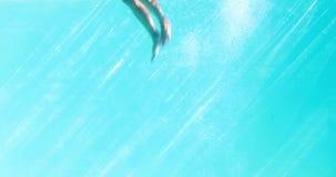 Сексуальная блондинка в голубом бикини скача в бассейн акции видеоматериалы