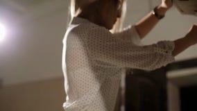 Сексуальная блондинка в стеклах и openwork колготки раскрывает клобук автомобиля акции видеоматериалы