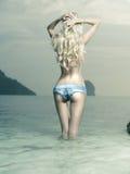 Сексуальная блондинка на море стоковые изображения