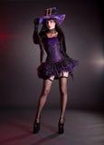 Сексуальная ведьма в фиолетовом костюме хеллоуина стоковое изображение rf